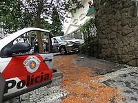 SÃO PAULO - SP - 17  DE JANEIRO 2013 - AUTO x MURO - Cruzamento da Rua Pernambuco com Rua Maranhão - Higianopolis - zona oeste. Segundo testemunhas um carro bateu no Honda Civic na Rua Pernambuco e sem controle a motorista de 75 anos se chocou com outro veículo que descia a Rua Maranhão, a jogando para o muro do edificio.A motorista teve ferimentos médios socorrida ao Hosp 9 de Julho. FOTO: MAURICIO CAMARGO / BRAZIL PHOTO PRESS.