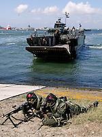Open Dag van de marine in Den helder met verschillende demonstraties op en langs het water
