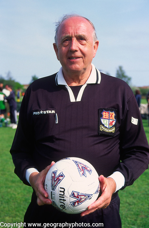 AF5GM2 Football referee holding a soccer ball