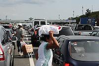 ATENÇÃO EDITOR: FOTO EMBARGADA PARA VEÍCULOS INTERNACIONAIS. - SAO PAULO)28 de dezembro 2012.(TRANSITO FERIADO) Transito no pedagio da Imigrantes sentido Baixada Santista.  ADRIANO LIMA / BRAZIL PHOTO PRESS).