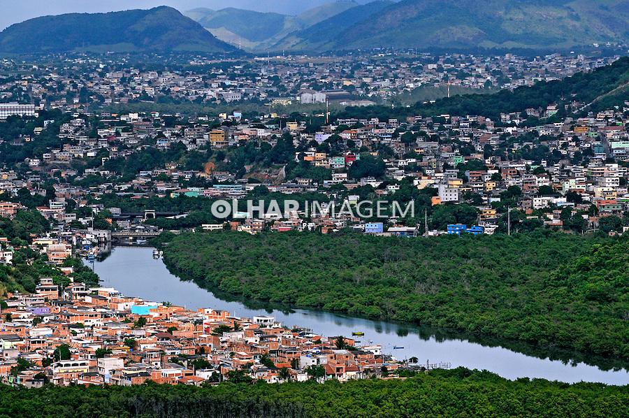 Casas e Rio Aribiri em Vila Velha. Vitória. Espírito Santo. 2008. Foto de Rogério Reis.