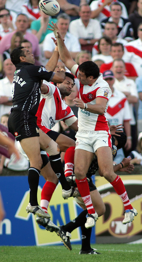 Photo: Paul Thomas..St Helens v Hull RL. Engage Super League. 08/06/2006..Nathan Blacklock (L) of Hull, Francis Meli and Lee Gilmour all go for the ball.