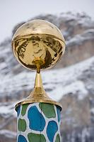 urope/Italie/Trentin Haut-Adige/Dolomites/Alta Badia/Colfolsco: Hotel Capella  Hotel de charme  détail de la sculpture  de l'entrée