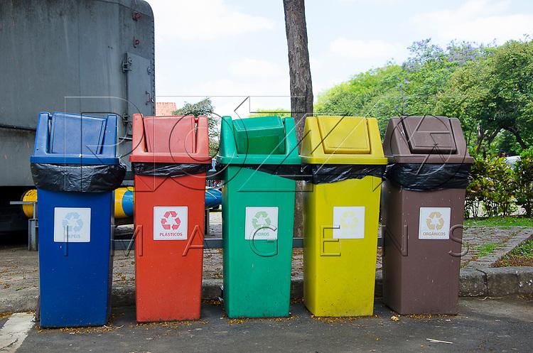 Lixeiras para coleta seletiva, no Catavento Espaço Cultural da Ciência está localizado no Palácio das Indústrias - Parque Dom Pedro II, São Paulo - SP, 10/2016