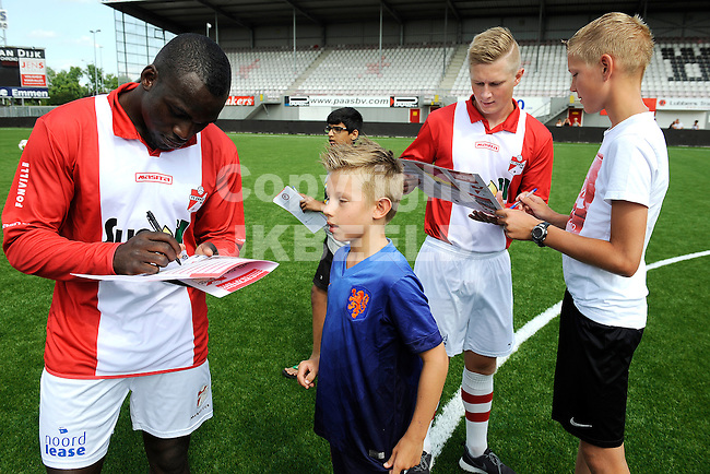 117 km<br /> GRONINGEN - Voetbal, Open dag FC Emmen, JENS Vesting, seizoen 2014-2015, 03-08-2014,  handtekening van Sander Boekholt
