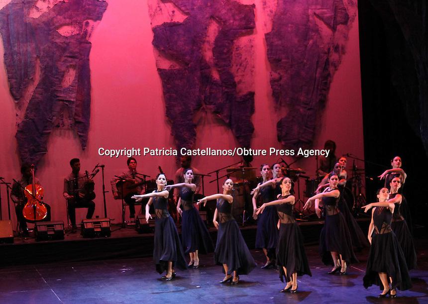 """Oaxaca, Oax. 28 Sept 2015.- La Fundación Alfredo Harp Helu impulso la puesta en escena dirigida por Lizt Alfonso y Ernesto Hermida, así como interpretada por el ballet Dance Cuba, titulada """"Alas … Para el alma"""", la cual se compuso de 10 tiempos, donde las bailarinas y músicos hicieron vibrar el teatro Macedonio Alcalá."""