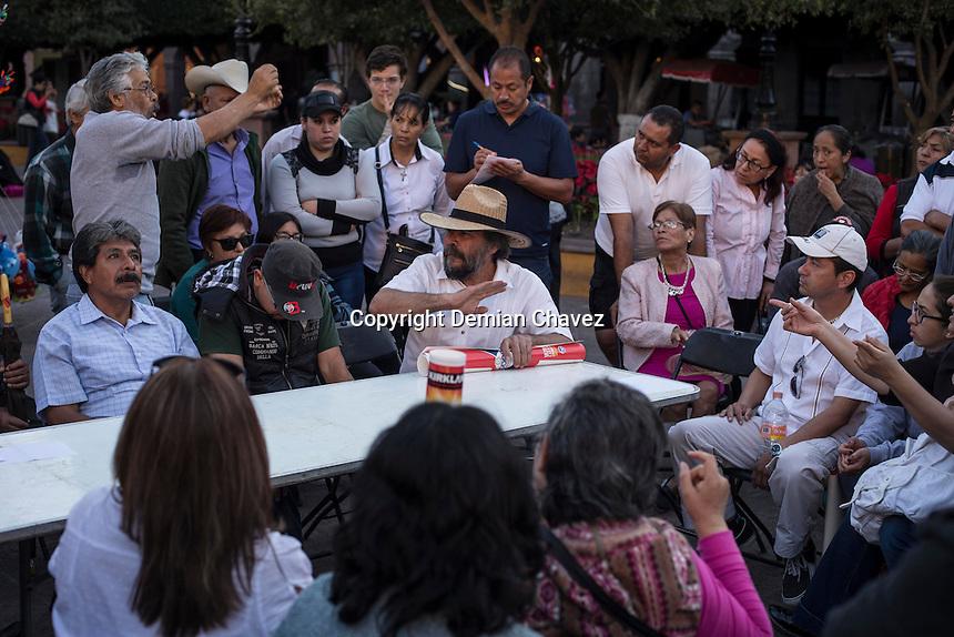 Querétaro, Qro. 20 de enero 2017.- Al menos unas mil personas acudieron a la marcha y asamblea contra el gasolinazo, en la que acordaron mediante mesas de trabajo que acciones se tomarían para protestar el próximo 5 de febrero en el marco de las celebraciones del centenario de la firma de la Constitución de 1917.