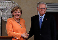 Il Cancelliere tedesco Angela Merkel, a sinistra, stringe la mano al Presidente del Consiglio Mario Monti al termine di una conferenza stampa congiunta in occasione di un vertice  intergovernativo italo-tedesco  a Villa Madama, Roma, 4 luglio 2012..German Chancellor Angela Merkel, left, shakes hands with Italian Premier Mario Monti at the end of a joint press conference in occasion of a bilateral summit at Rome's Villa Madama, 4 july 2012..UPDATE IMAGES PRESS/Isabella Bonotto