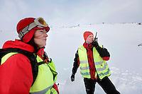 Anestesilege Ann-Elin Tomlinson ved &Aring;l-basen. Redningsmann &Aring;ge kirkestuen.  <br /> <br /> Norwegian Air Ambulance helicopter and crew.