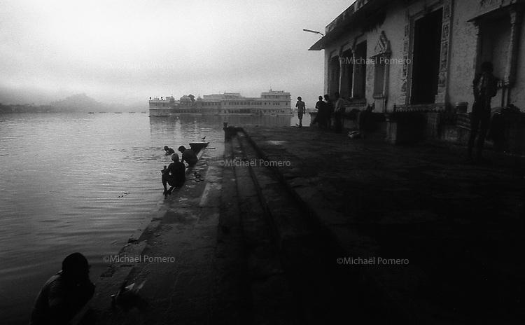 11.2010 Udaipur (Rajasthan)<br /> <br /> Men bathing and washing early morning in hanuman ghat.<br /> <br /> Hommes en train de se laver et de faire leur lessive t&ocirc;t le matin sur le Hanuman ghat.