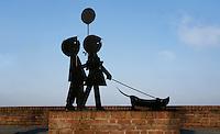 Nederland Zaltbommmel 2016. Beeld van Jip, Janneke en de hond Takkie in Zaltbommel. Foto Berlinda van Dam / Hollandse Hoogte