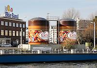 Nederland Rotterdam 2015.  Twee grote potten Calve Pindakaas bij de Unilever fabriek. Foto Berlinda van Dam / Hollandse Hoogte