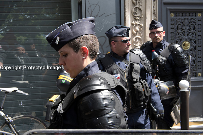 Paris (75) - Manifestations contre la loi Travail. Le cortège placé sous haute surveillance policière est composé de 60.000 manifestants, selon les syndicats, 20.000 selon la police. Départ place de la Bastille, pour un parcours restreint de 1,6 km autour du bassin de l'Arsenal.