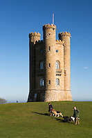 United Kingdom, England, Worcestershire, Broadway: Broadway Tower with dog walkers | Grossbritannien, England, Worcestershire, Broadway: Broadway Tower, Spaziergang mit Hunden