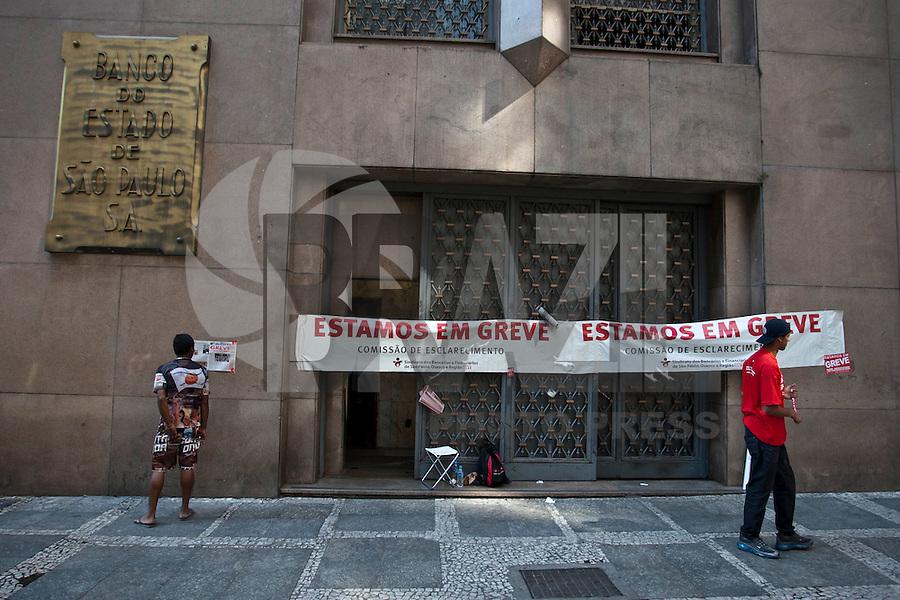 ATENCAO EDITOR IMAGEM EMBARGADA PARA VEICULOS INTERNACIONAIS  - SAO PAULO, SP , 18/09/2012 - GREVE BANCARIOS SP. - Os bancários de todo o País entraram em greve por tempo indeterminado a partir de hoje 18. As reivindicações dos trabalhadores, que pedem 10,25%, sendo 5,0% de aumento real. Além do reajuste salarial, os trabalhadores pleiteiam mudanças na participação nos lucros e resultados (PLR). Na foto agenia na rua 15 de novembro, centro ,sp<br /> FOTO VAGNER CAMPOS / BRAZIL PHOTO PRESS