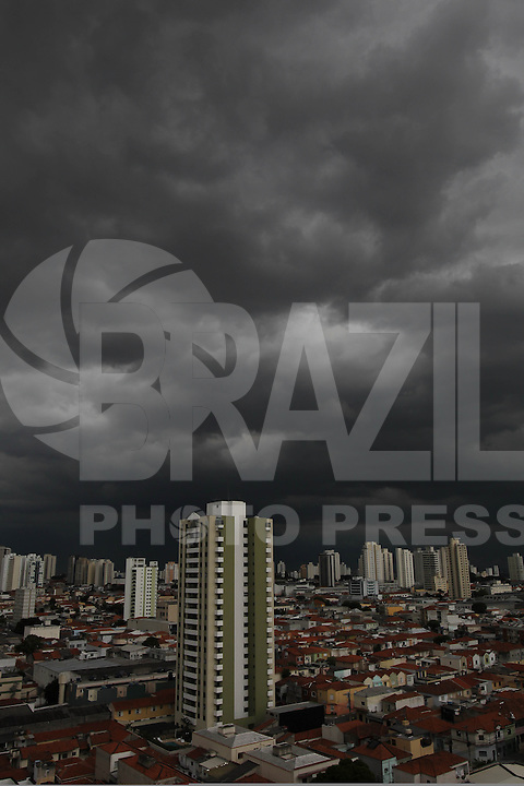 SAO PAULO, SP, 13-01-2014, NUVENS CARREGADAS. Na tarde dessa segunda-feira (13), nuvens carregadas estão sobre a capital paulista na regiao do bairro da Mooca. Luiz Guarnieri/ Brazil Photo Press.