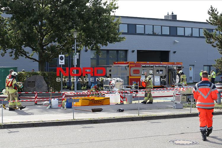 13.09.2020, Flughafen Luebeck Blankensee, GER, Anschlag auf den Flughafen Luebeck Blankensee <br /> <br /> im Bild / picture shows<br /> Von Unbekannten wurde ein Anschlag auf den Flughafen Luebeck Blankensee veruebt, die Feuerwehr ist mit dem Gefahrengutzug vor Ort da der Verdacht auf Saeure bestand, die Polizei kuemmert sich um die Spurensicherung.<br /> <br /> <br /> Foto © nordphoto / Tauchnitz