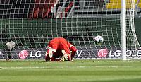 Torwart Leopold Zingerle (SC Paderborn 07) geschlagen beim Tor zum 1:0 von Sebastian Rode (Eintracht Frankfurt)<br /> - 27.06.2020: Fussball Bundesliga, Saison 19/20, Spieltag 34, Eintracht Frankfurt vs. SC Paderborn 07, emonline, emspor, Namen v.l.n.r. <br /> <br /> Foto: Marc Schueler/Sportpics.de/Pool <br /> Nur für journalistische Zwecke. Only for editorial use. (DFL/DFB REGULATIONS PROHIBIT ANY USE OF PHOTOGRAPHS as IMAGE SEQUENCES and/or QUASI-VIDEO)