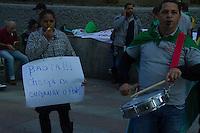 SAO PAULO 04 DE JULHO DE 2013 - Umm grupo de comerciantes da Feira da Madrugada no Brás se reunem na tarde desta quarta-feira(04), enfrente ao Poder Judiciario na Av. Paulista em busca de solucao sobre a reforma da Feira que está parada a mais de dois meses. (Foto: Amauri Nehn/Brazil Photo Press)