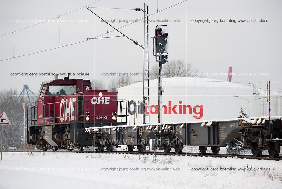 Germany Hamburg, freight train in front of oil tank in harbour / Deutschland Hamburg , Bahn vor Oeltank im Hamburger Hafen im Winter