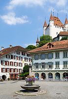 CHE, Schweiz, Kanton Bern, Berner Oberland, Thun: Altstadt mit Schloss Thun, Hotel Metzgern am Rathausplatz | CHE, Switzerland, Bern Canton, Bernese Oberland, Thun: Old Town with castle Thun, hotel Metzgern at Townhall Square
