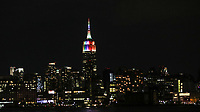NEW YORK, EUA, 25.06.2017 - ILUMINAÇÃO-EMPIRE STATE - Vista do Empire State Building iluminado com as cores do arco-iris em alusão a Parado do Orgulho LGBT na Ilha de Manhattan na cidade de New York na noite deste domingo, 25. (Foto: William Volcov/Brazil Photo Press)