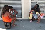 Mulheres fazem a unha e torcem pelo Brasil. Ocupação Mama África, Niterói, Rio de Janeiro.