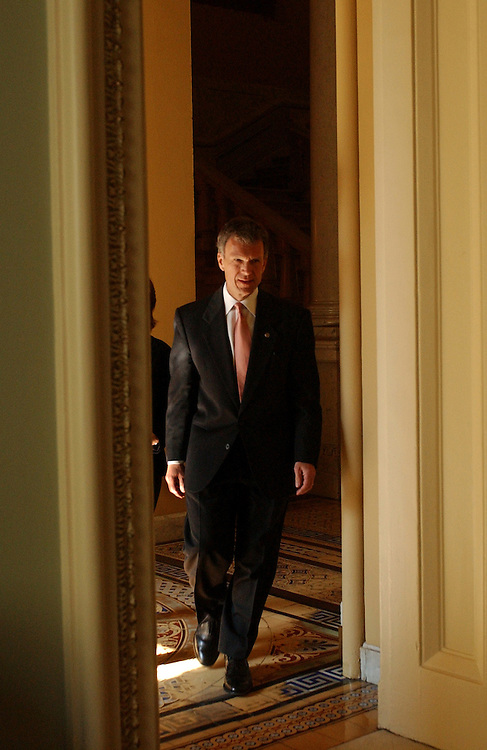 Sen. Tom Daschle, D-S.D., makes his way to the Ohio Clock Corridor to speak to the press before the Senate Luncheons.