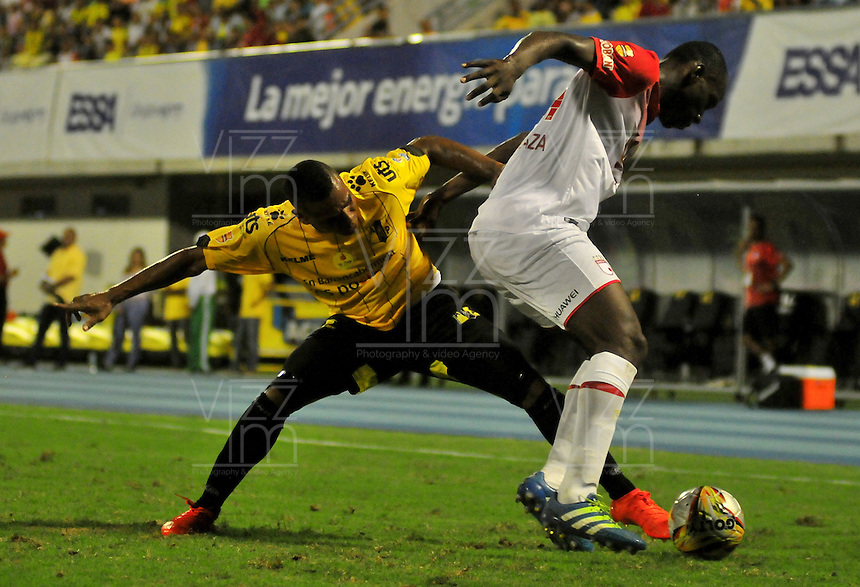 BARRANCABERMEJA -COLOMBIA, 25-09-2016:  Harrison Canchimbo (Izq) jugador de Alianza Petrolera disputa el balón con Baldomero Perlaza (Der) de Independiente Santa Fe durante encuentro válido por la fecha 14 de la Liga Aguila II 2016 disputado en el estadio Daniel Villa Zapata de la ciudad de Barrancabermeja./ Harrison Canchimbo (L) player of Alianza Petrolera fights for the ball with Baldomero Perlaza (R) player of Independiente SantaFe during match valid for the date 14 of the Aguila League II 2016 played at Daniel Villa Zapata stadium in Barrancebermeja city. Photo: VizzorImage / Jose Martinez / Cont