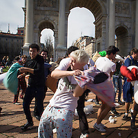 La battaglia dei cuscini all'Arco della Pace organizzata dal gruppo internazionale Couchsurfing di Milano..The pillow fight at the Arco della Pace, organized by the international group Couchsurfing of Milan