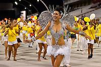 ATENÇÃO EDITOR FOTO EMBARGADA PARA VEÍCULOS INTERNACIONAIS - SÃO PAULO, SP, 02 DE FEVEREIRO DE 2013 - ENSAIO TÉCNICO MOCIDADE ALEGRE - Rainha da bateria Aline Oliveira durante ensaio técnico da Escola de Samba Mocidade Alegre na preparação para o Carnaval 2013. O ensaio foi realizado na noite deste sábado (02) no Sambódromo do Anhembi, zona norte da cidade. FOTO LEVI BIANCO - BRAZIL PHOTO PRESS