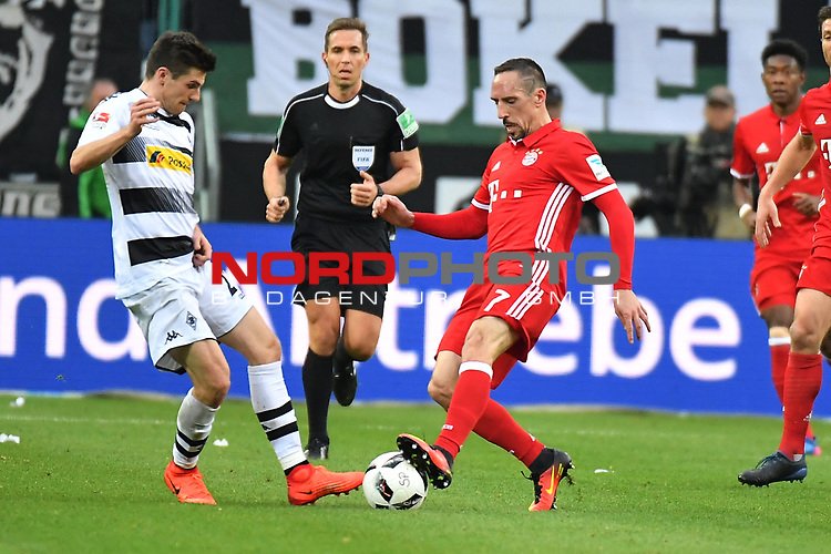 19.03.2017, Borussia-Park, Moenchengladbach, GER, 1.FBL., Borussia M&ouml;nchengladbach. vs. FC Bayern Muenchen<br /> <br /> im Bild / picture shows: <br /> Jonas Hofmann (Gladbach #23),im Zweikampf gegen Franck Ribery (FC Bayern Muenchen #7),Querformat,<br /> <br /> <br /> Foto &copy; nordphoto / Meuter