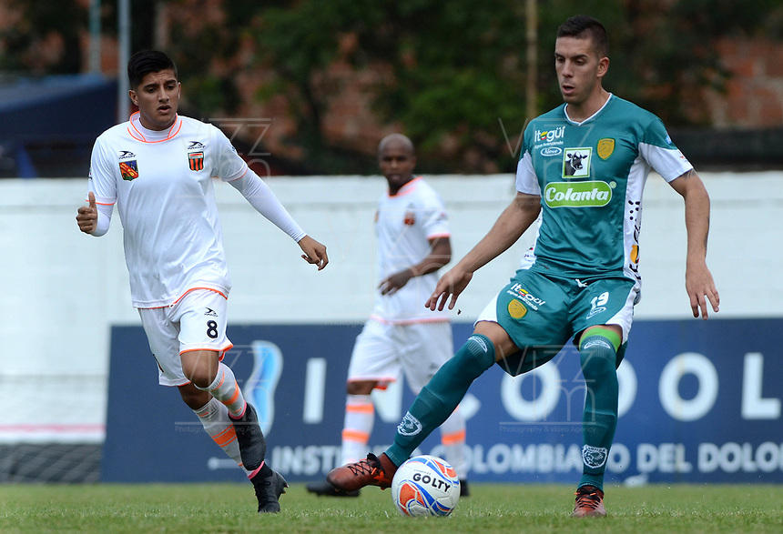 ENVIGADO - COLOMBIA - 03 - 03 - 2018: Yeison Guzman (Izq.) jugador de Envigado F. C., disputa el balón con Sebastian Gomez (Der.) jugador de Leones F. C., durante partido entre Envigado F. C., y Leones F. C. de la fecha 6 por la Liga Aguila I 2018, en el estadio Polideportivo Sur de la ciudad de Envigado. / Yeison Guzman (L) player of Envigado F. C., fights for the ball with Sebastian Gomez (R) player of Leones F. C.,  during a match between Envigado F. C. and Leones F. C. of the 6th date for the Liga Aguila I 2018 at the Polideportivo Sur stadium in Envigado city. Photo: VizzorImage / Leon Monsalve / Cont.