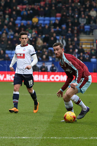 27.02.2016. Macron Stadium, Bolton, England. Skybet Championship. Bolton versus Burnley. David Jones of Burnley looks for a forward pass.