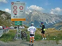 Ciclisti al confine tra Italia e Svizzera sul passo dello Spluga.<br /> Cyclists on the border between Italy and Switzerland on the Spl&uuml;gen pass.