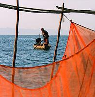 Asia-Cambodia-Tonle-Sap-lake-Kampung-Cham-Mekong-river-traditional-fishing