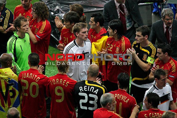 UEFA Euro 2008  Finale - Spanien Europameister 2008<br /> <br /> Vienna - Ernst Happel Match 32<br /> Deutschland ( GER ) - Spanien ( ESP ) 0:1<br /> <br /> Miroslav Klose ( Germany / Angreifer / Forward /  Bayern Muenchen #11) Per Mertesacker ( Germany  / Verteidiger / Defender / Werder Bremen #17) und Jens Lehmann (Germany / Torh&uuml;ter / Goalkeeper /  ARSENAL London #1) gehen durch den Spalier der spanischen Spieler <br /> <br /> Foto &copy; nph (  nordphoto  )<br /> <br /> <br /> <br />  *** Local Caption ***