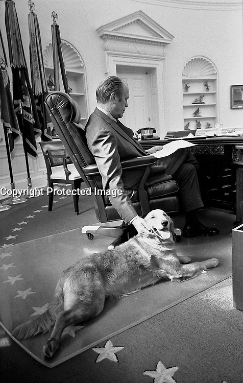Photograph of President Gerald R. Ford and his golden retriever, Liberty, in the Oval Office.7 November 1974<br /> <br /> PHOTO : David Hume Kennerly