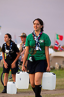 Mexican girl scout carrying water in the evening on the first day. Photo: Magnus Fröderberg/Scouterna