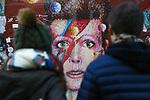 *BRAZIL ONLY* ATENÇÃO EDITOR, FOTO EMBARGADA PARA VEÍCULOS INTERNACIONAIS* wenn33543140    Fãs de David Bowie deixam flores e mensagens no Memorial Bowie Brixton, para relembrar o músico inglês no seu segundo aniversário de morte, neste domingo (7), em Londres. Foto: Wenn/Framephoto