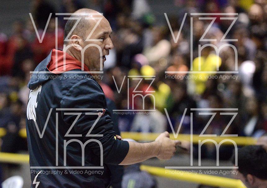 BOGOTÁ -COLOMBIA. 15-11-2013. Yesid Riveros técnico de Guerreros de Bogotá gesticula durante el quinto partido de la semifinal con Bambuqueros Utrahuilca por la  Liga DirecTV de Baloncesto 2013-II de Colombia realizado en el coliseo El Salitre de Bogota./ Yesid Riveros coach of Guerreros de Bogota gestures during the fifth match of the semifinals against Bambuqueros Utrahuilca for the DirecTV Basketball League 2013-II in Colombia at El Salitre coliseum in Bogota. Photo: VizzorImage / Gabriel Aponte/ Str