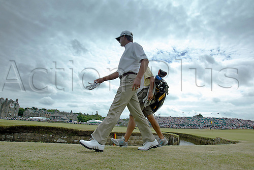 17 July 2005: South African golfer Retief Goosen (RSA) walking off the 1st green during the final round. Goosen shot a 2 over par 74 to be 7 under and finish in a tie for 5th place at the Open Championship, The Old Course at St Andrews, Scotland. Photo: Glyn Kirk/Actionplus...golf player 050717 caddy caddie