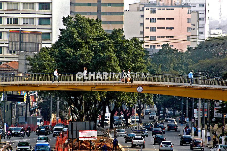 Passarela de pedestres na Rebouças, São Paulo. 2004. Foto de Juca Martins.