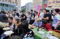 Milano: Tavolata popolare davani a Eataly di Genuino Clandestino, comunit&agrave; in lotta per l&rsquo;autodeterminazione alimentare. 2 Maggio 2015.<br /> Milan: Popular table in front of Eataly organized by  Genuino Clandestino, association that fights for food  self-determination. May 2 2015.
