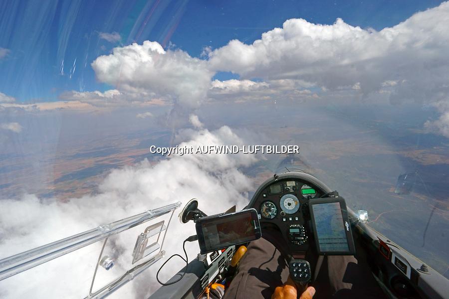 Blick aus einem Cockpit eines Segelflugzeugs: EUROPA, SPANIEN,  (EUROPE, GERMANY), 23.07.2017: Blick aus einem Cockpit eines Segelflugzeugs, Flug entlang einer Konvergenzlinie,