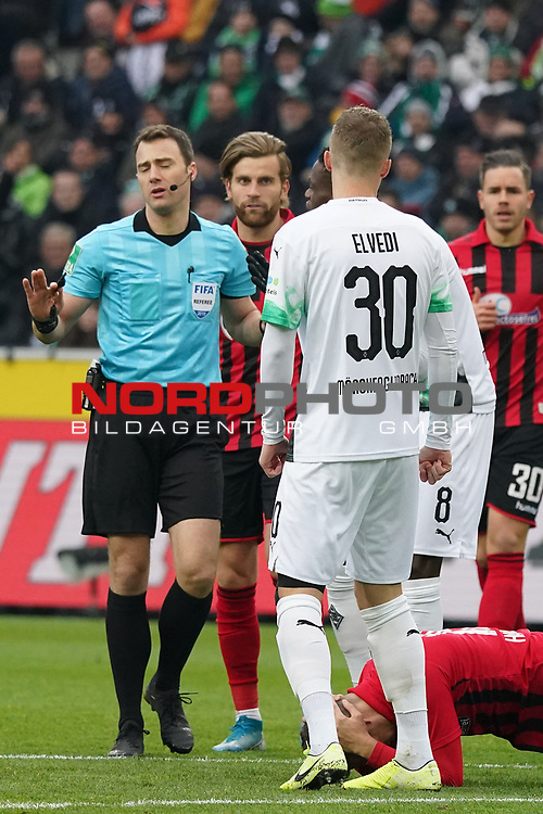 01.12.2019, Borussia Park , Moenchengladbach, GER, 1. FBL,  Borussia Moenchengladbach vs. SC Freiburg,<br />  <br /> DFL regulations prohibit any use of photographs as image sequences and/or quasi-video<br /> <br /> im Bild / picture shows: <br /> Schiedsrichter / referee Felix Zwayer (SR) beruhigt die Spieler <br /> <br /> Foto © nordphoto / Meuter