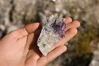 Kinder suchen auf der Abraumhalde eines Mineralien-Bergwerkes nach Mineralien und Steinen, schöner Fund in Kinderhand