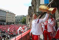 FUSSBALL  DFB POKAL FINALE  SAISON 2013/2014  18.05.2014 Der FC Bayern Muenchen feiert auf dem Rathausbalkon am Muenchner Marienplatz, Torwart Manuel Neuer mit DFB Pokal