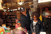 West Tisbury, MA - August 30, 2009 -- United States President Barack Obama and daughters Malia, (R), and Sasha buy some snacks at Alley's General Store August 30, 2009 in West Tisbury, Massachusetts. The president is spending his last day on Martha's Vineyard before returning to Washington later today. .Credit: Darren McCollester / Pool via CNP