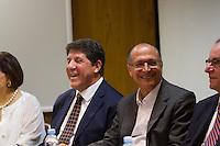 SÃO PAULO, SP - 18.10.2013: ENTREGA DO CENTRO DE PESQUISA E BIBLIOTECA DO INCOR - GERALDO ALCKMIN - O Governador de São Paulo Gerald Alckmin e o Secretário David Uip durante o anuncio do pacote de medidas para a carreira médica e funcionários da Saúde e entregue a reforma e ampliação do Centro de Pesquisa Clínica e da Biblioteca do Incor, nesta sexta-feira (18) no Instituto do Coração (Incor). (Foto: Marcelo Brammer/Brazil Photo Press)